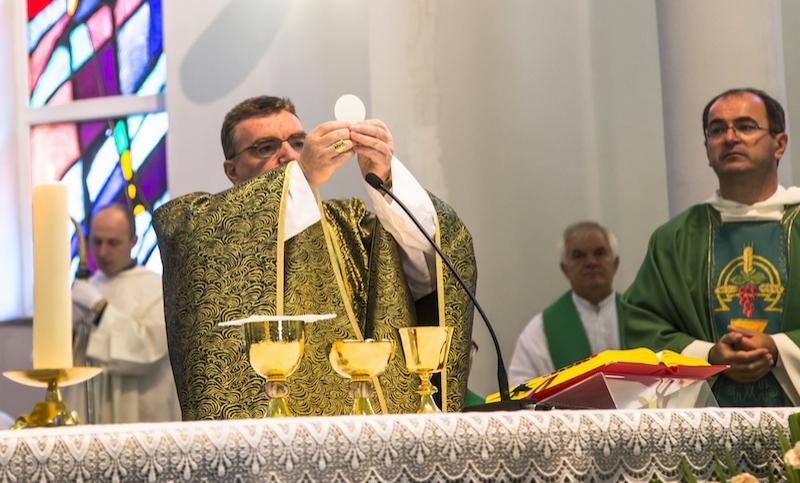 008 - rdz - kardinal za oltarom 3  large