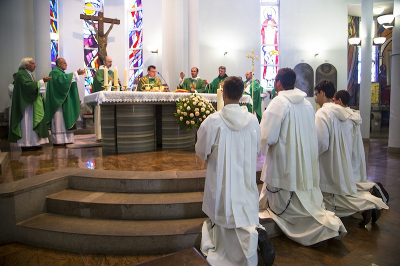 009 - rdz - kardinal s provincijalima za oltarom  large