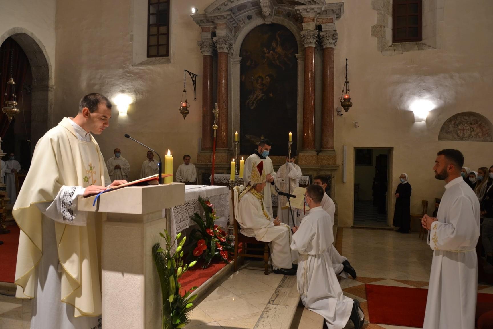 Zadarski nadbiskup zelimir puljic zaredio za dakona fra pavla ivica 3