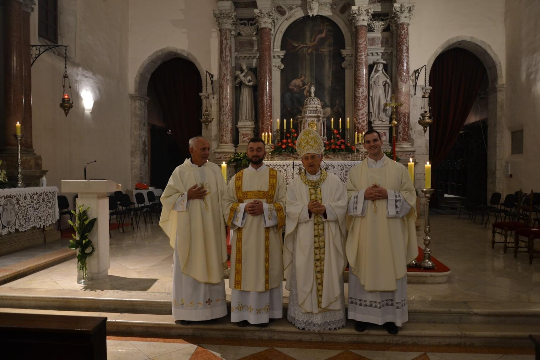 Zadarski nadbiskup zelimir puljic zaredio za dakona fra pavla ivica 7