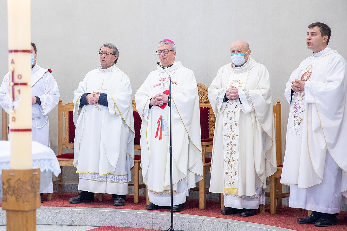 U baziliku sv kvirina na trajno stovanje stigle relikvije sv faustine kowalske i bl mihaela sopoc 2