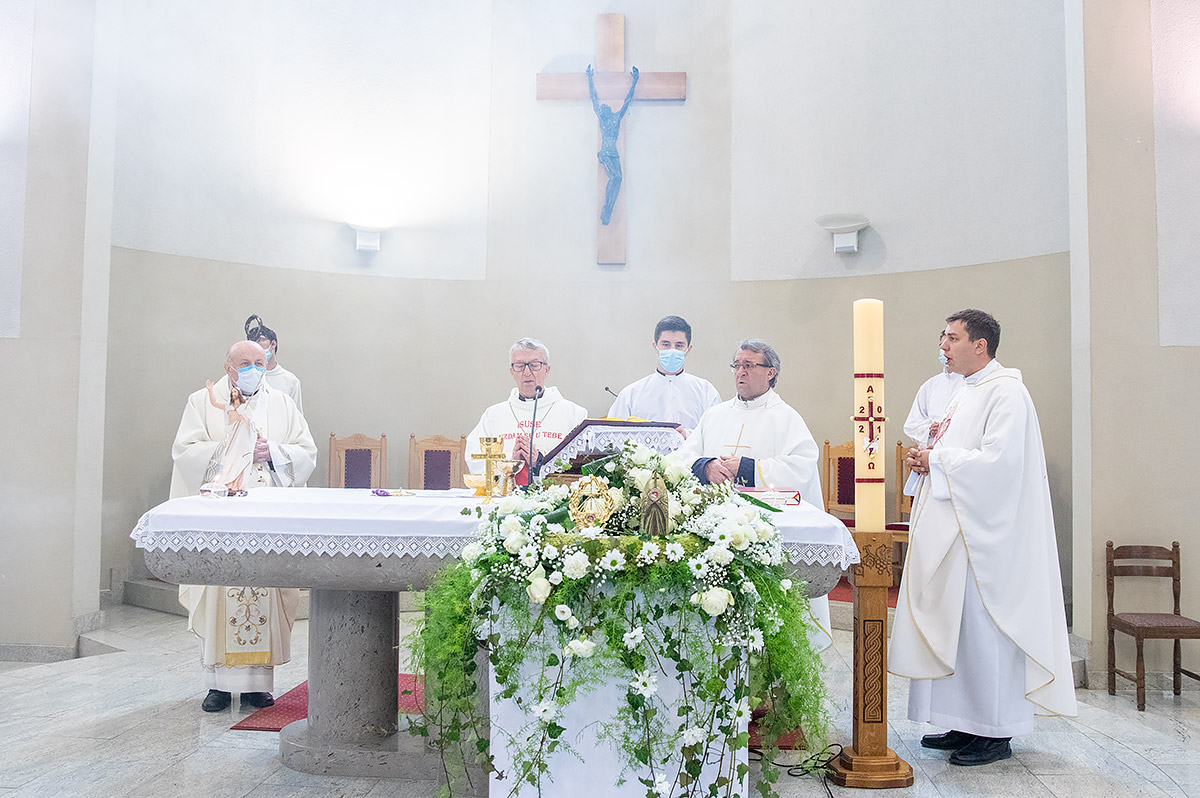 U baziliku sv kvirina na trajno stovanje stigle relikvije sv faustine kowalske i bl mihaela sopoc 4