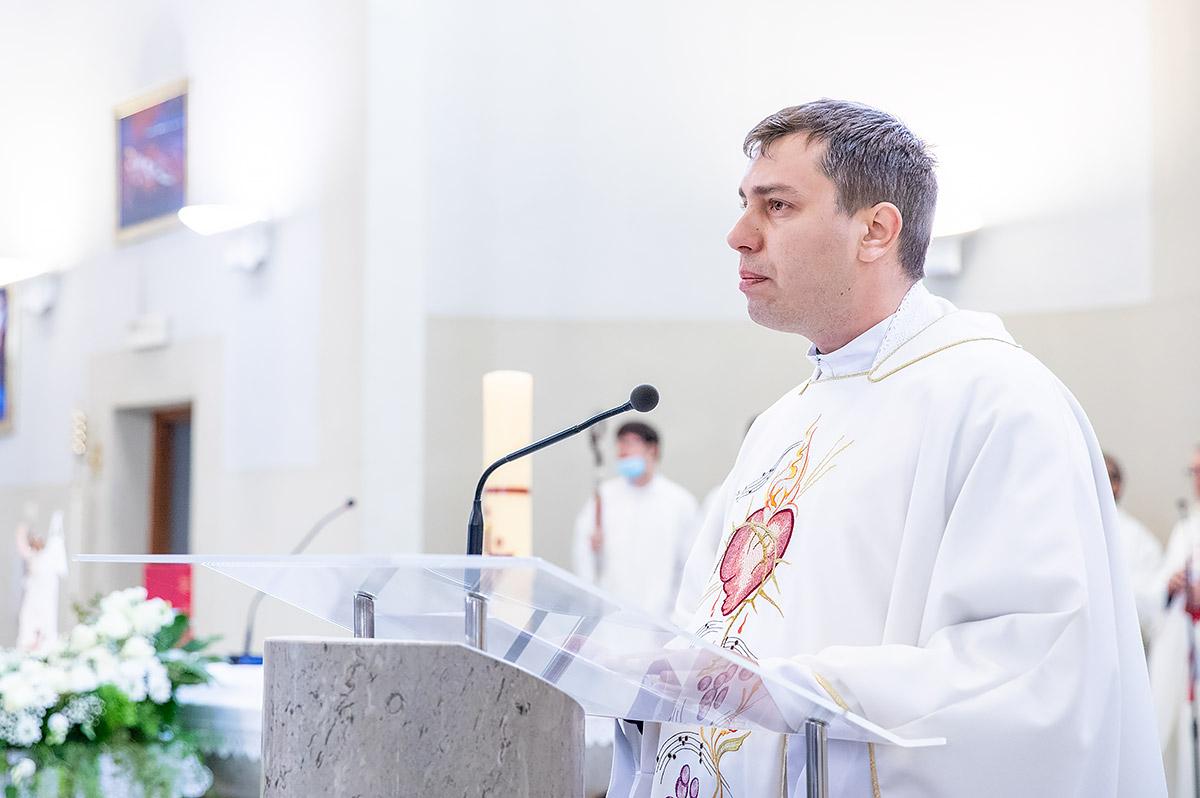 U baziliku sv kvirina na trajno stovanje stigle relikvije sv faustine kowalske i bl mihaela sopoc 7