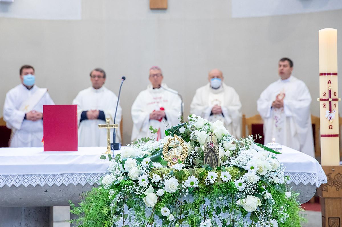 U baziliku sv kvirina na trajno stovanje stigle relikvije sv faustine kowalske i bl mihaela sopoc 8